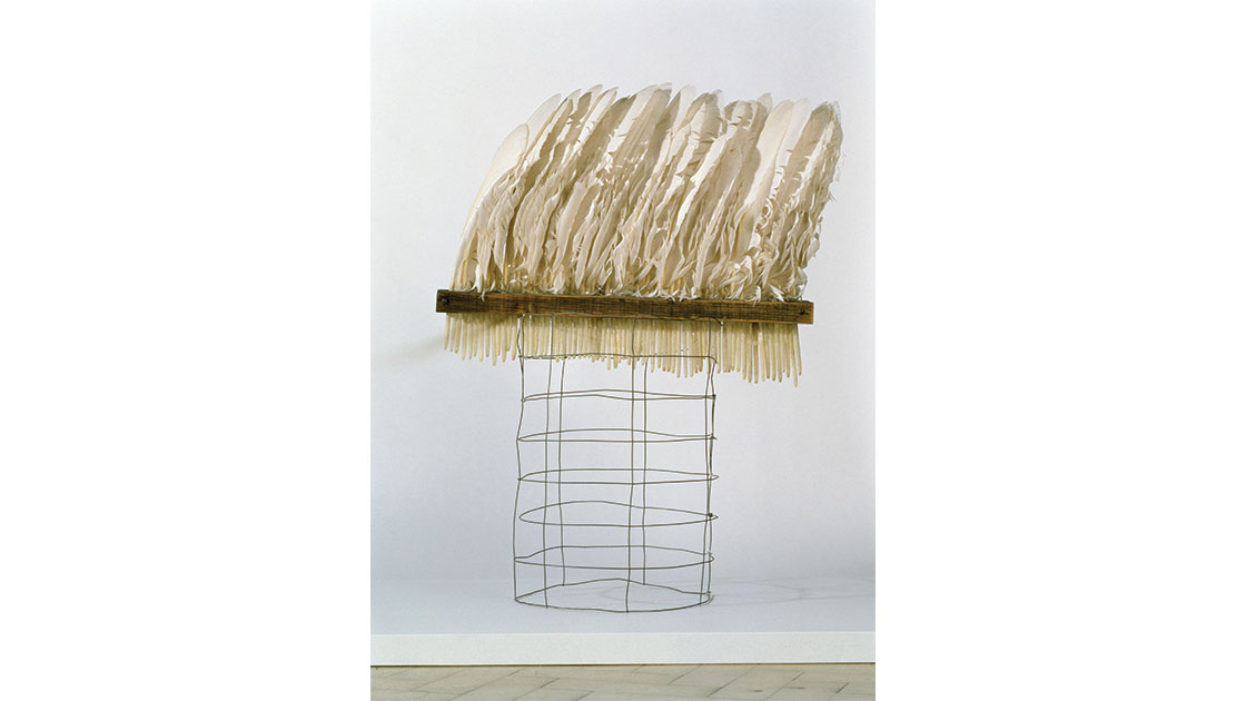 """Rosalie Gascoigne, """"Feathered fence"""" (detail), 1979, white swan feathers, galvanized wire netting, synthetic polymer paint on wood, 64 x 750 x 45 cm, National Gallery of Australia, Canberra, gift of the artist 1994, © Rosalie Gascoigne/Copyright Agency"""